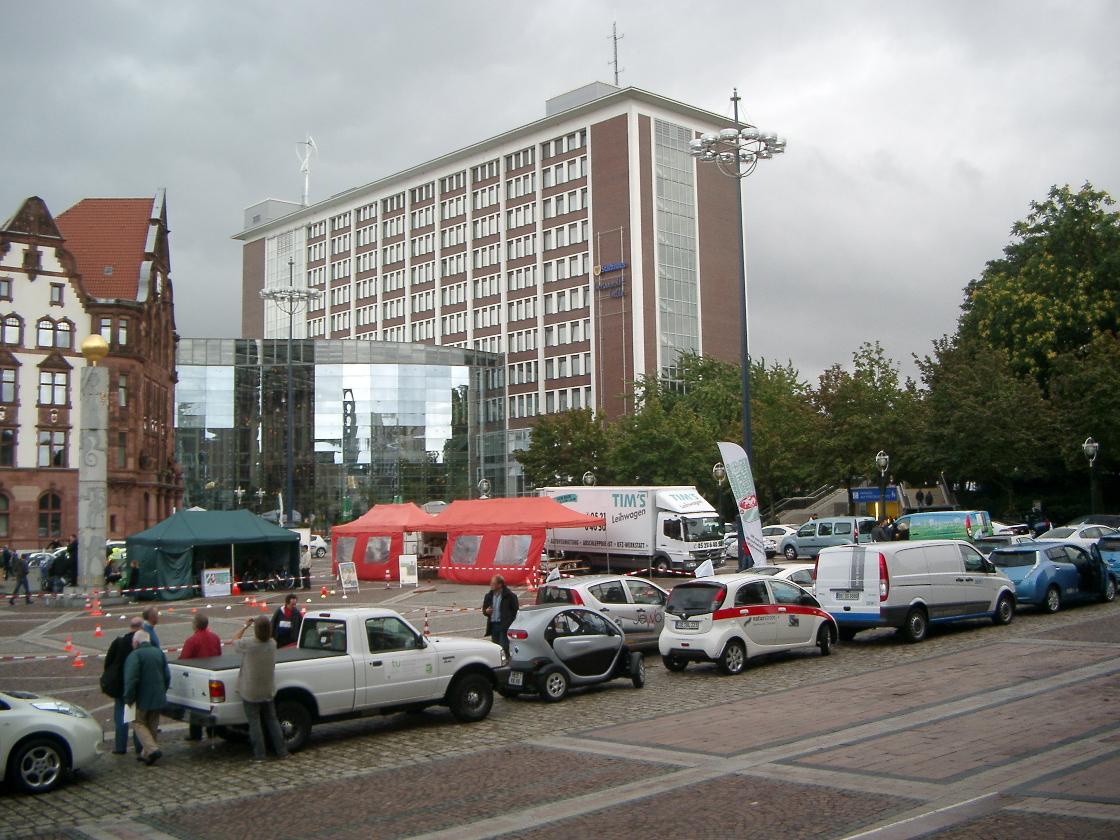 Vom Dortmunder Friedensplatz startete die Parade der Elektrofahrzeuge um den Dortmunder Ring