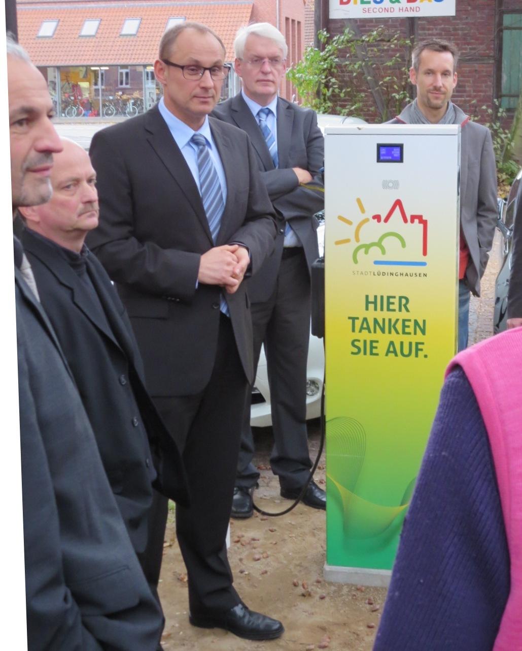 Auf dem oberen Foto von links nach rechts: Filipe Costa, Dr. Axel Heitbrink und Dr. Hans-Dieter Storzer von EBG Compleo, Bürgermeister Richard Borgmann und Bauamtsleiter Björn Herrmann.