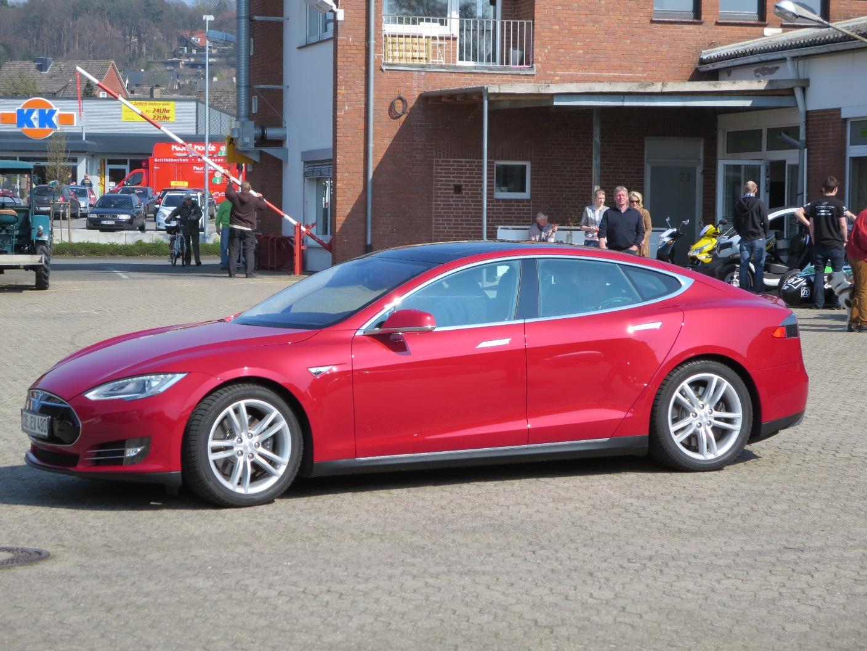 Luxuslimousine mit beispielloser Reichweite: Tesdla Model S, mit offenem Glasdach fast ein Reise-Cabrio.