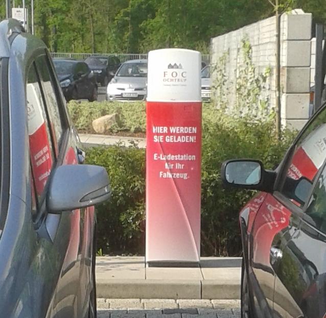 Schöne Ladesäule, leider zugeparkt von Verbrennern. Hier fehlt ein Schild!