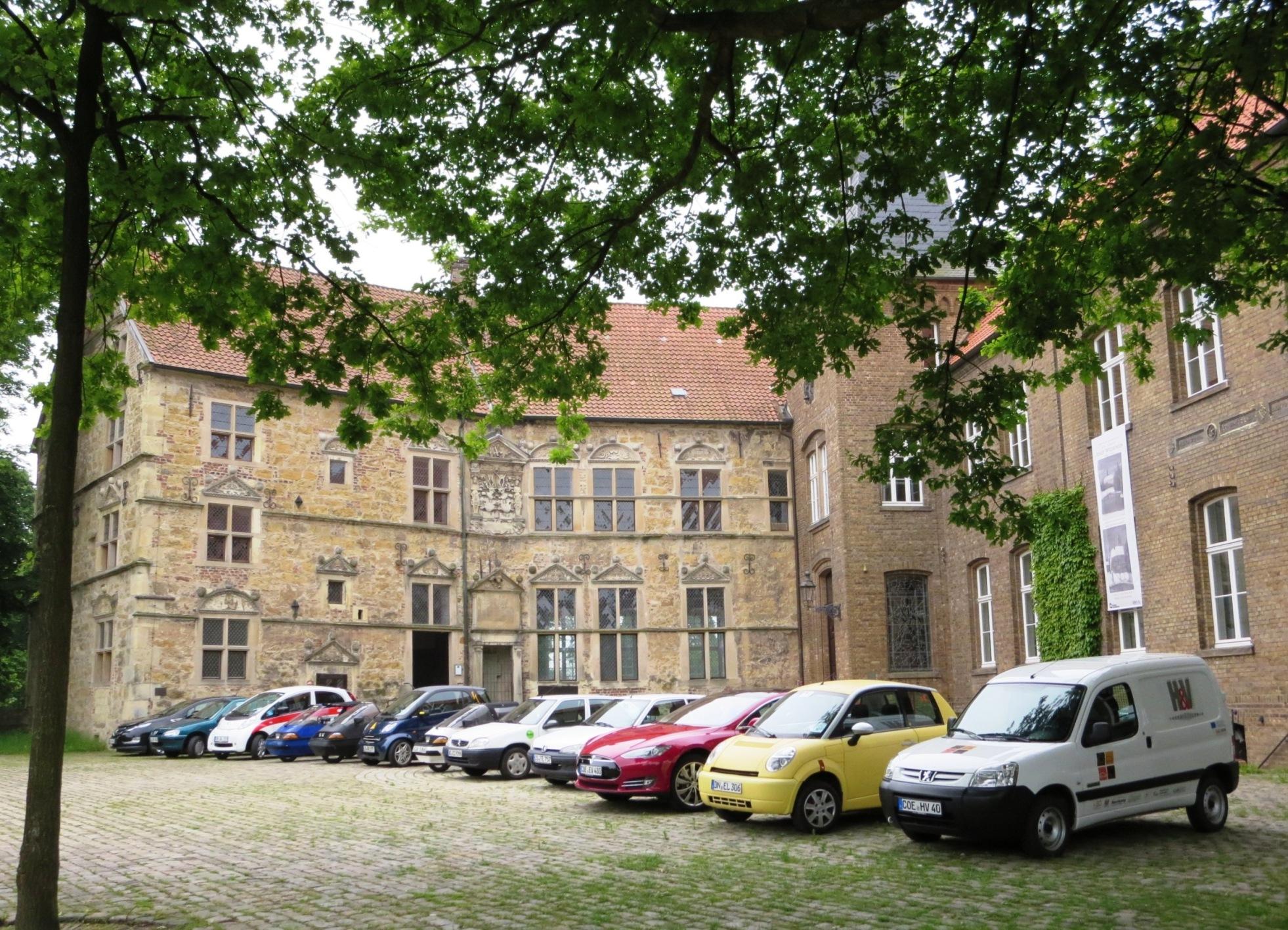 Parade der Elektroautos an der Burg Lüdinghausen