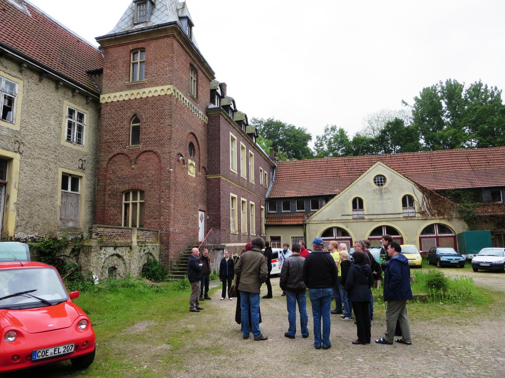 Architekt Bernd Sparenberg, Vorsitzender der Schlossinitiative Senden, erläutert seine Vorstellung zur zuünftigen Nutzung von Schloss Senden