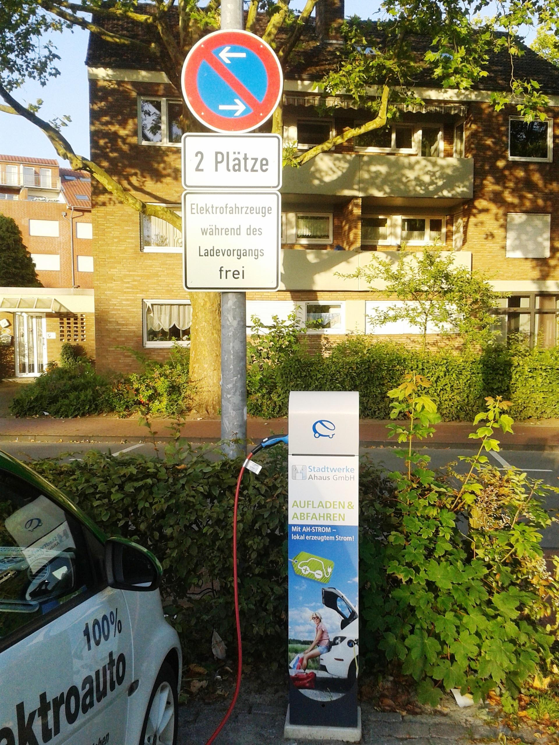 Neue Ladestation der Stadtwerke Ahaus am Kirmesplatz in der Innenstadt