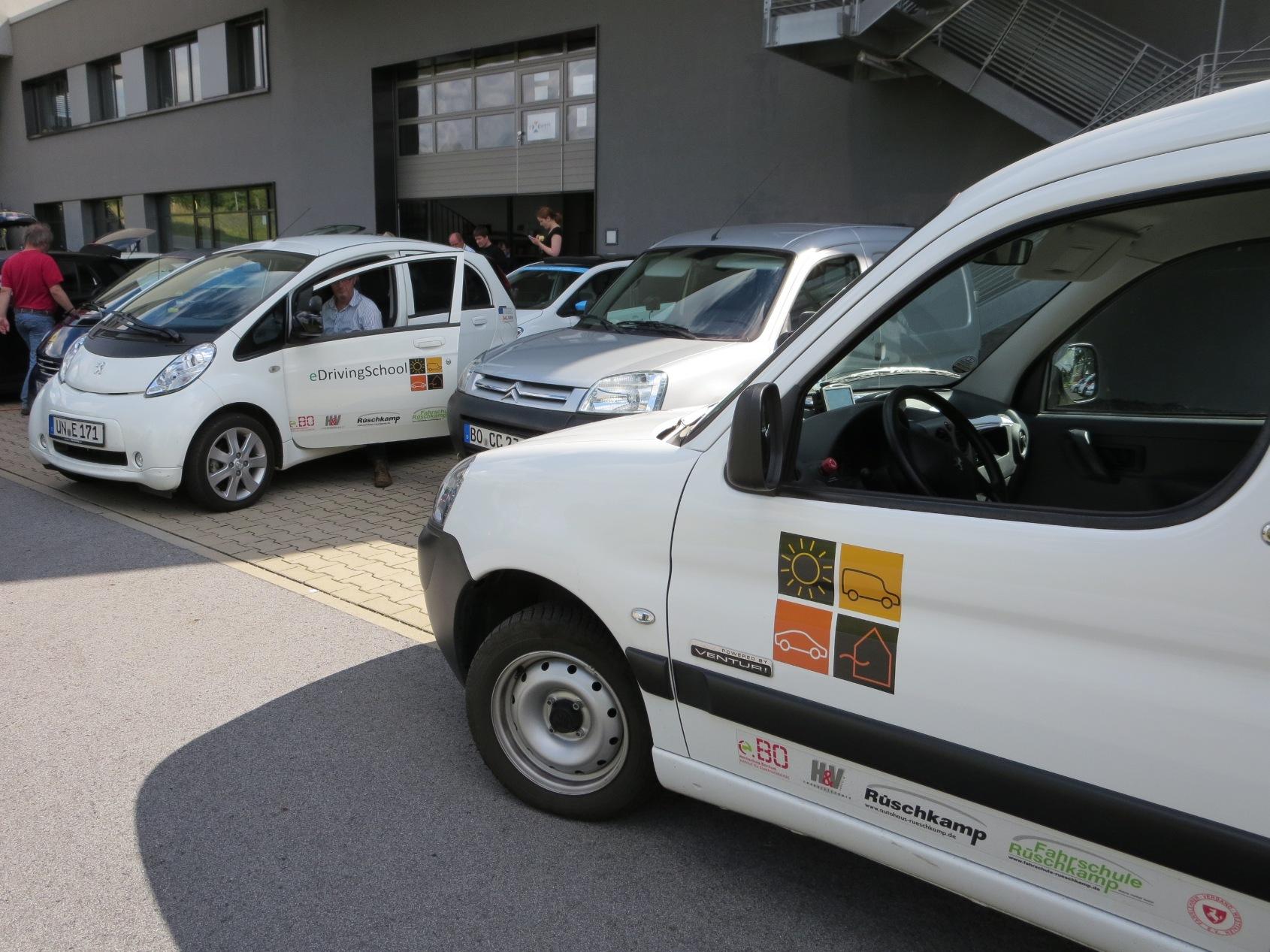 Zwei Projektfahrzeuge im eDrivingSchool-Projekt