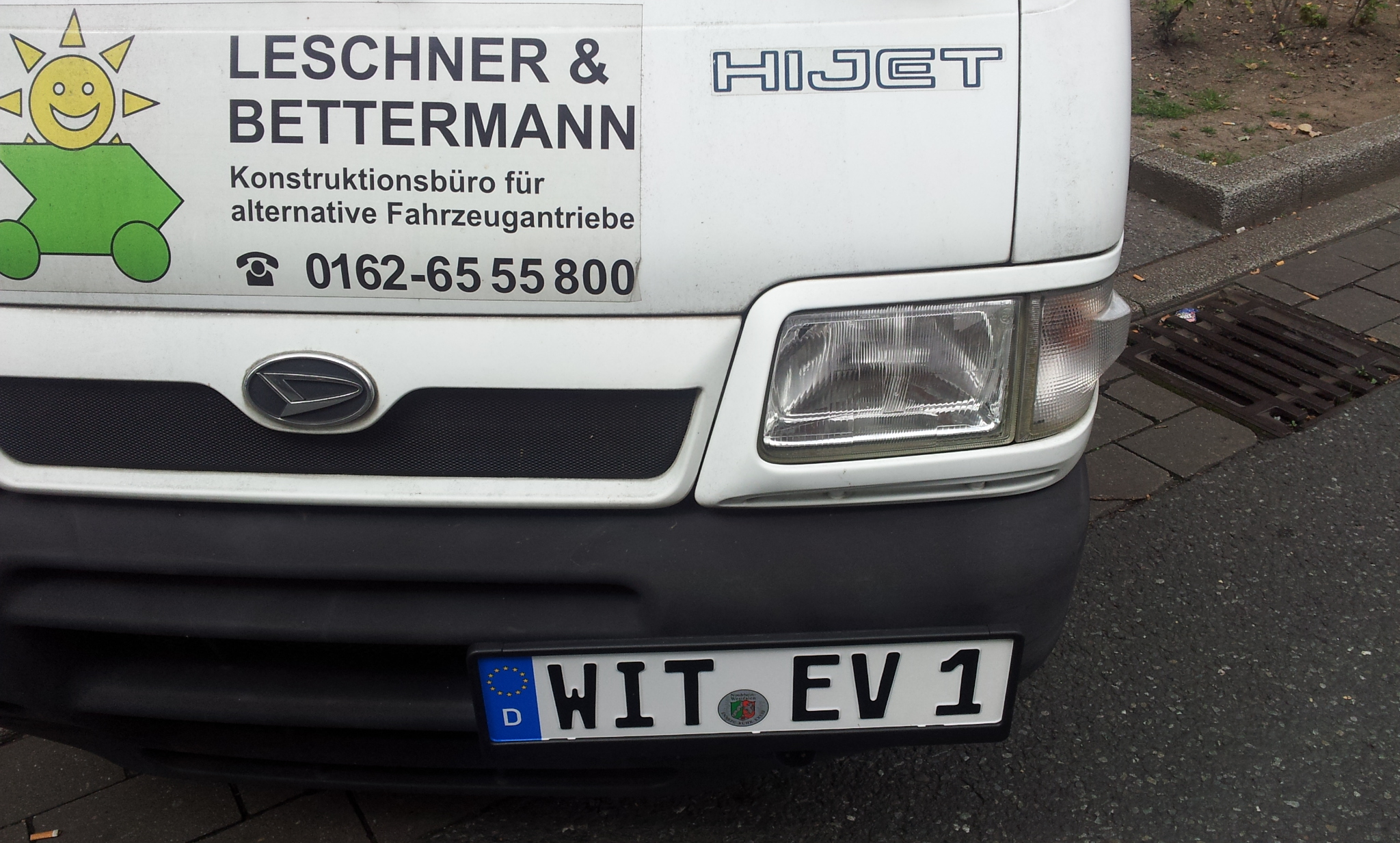 Henning, Ralf und Joscha zeigten ihre Lade-Hardware, zum Schmunzeln regte Hennings neues Kennzeichen für den Auftritt in Witten an.Witten