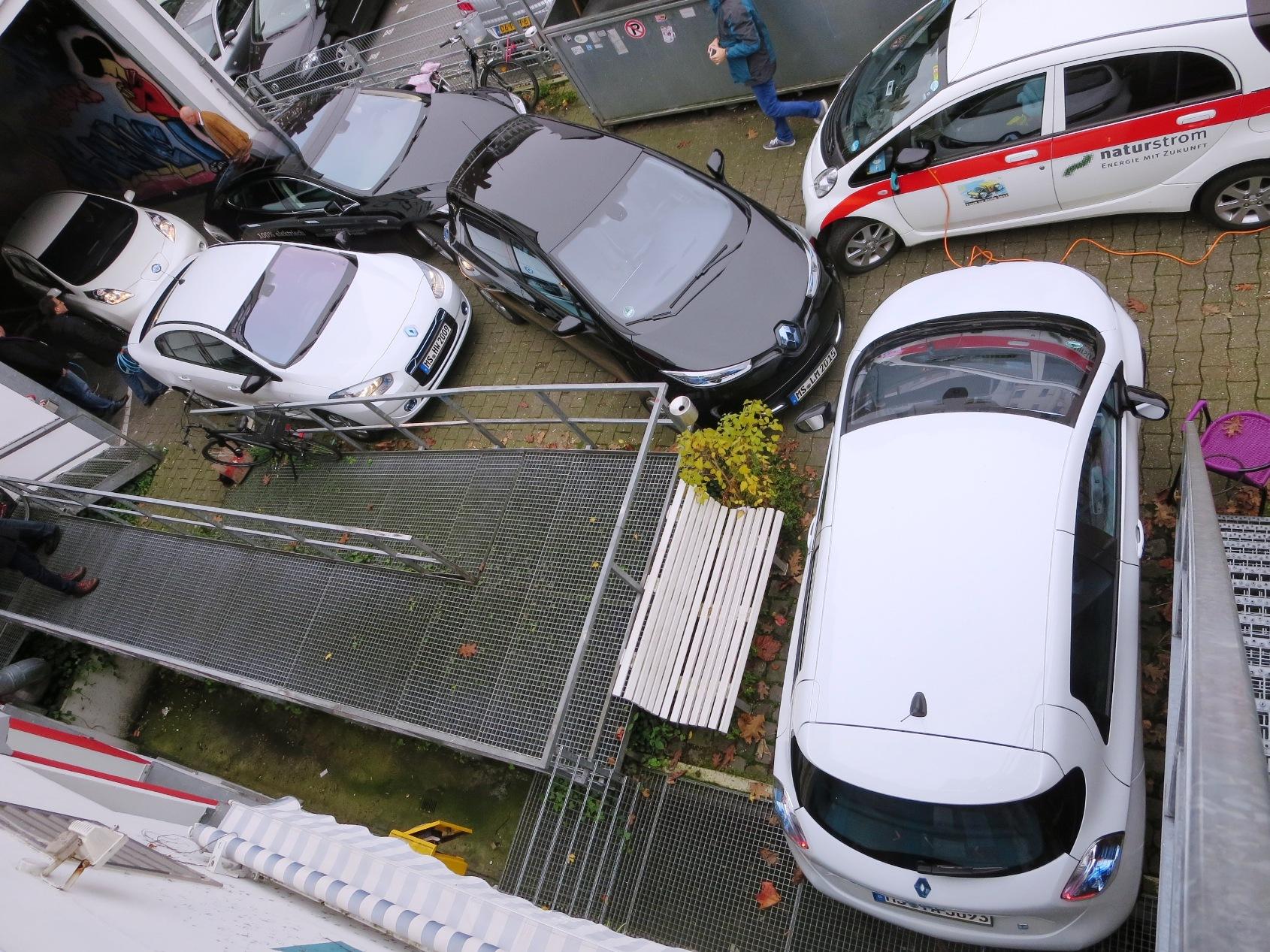An der P&C-Ladestation knubbeln sich 6 Elektroautos der neuen Generation. Hier sind Grenzen überschritten.