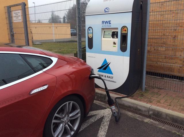 Carstens TESLA zieht hier an einer CHAdeMO-Säule Strom mit einer Leistung von 40 kW.