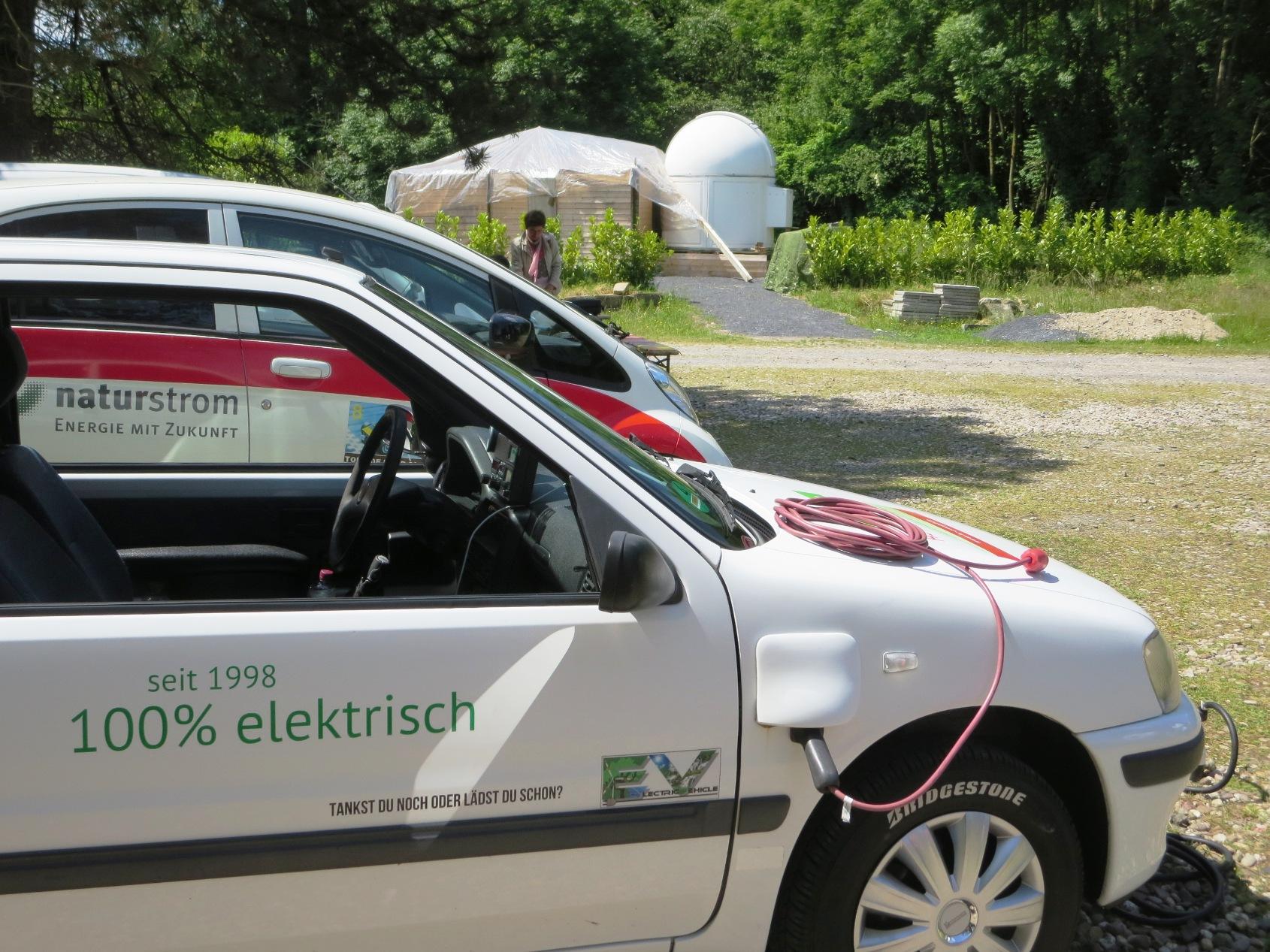 Elektroautos vor dem Observatorium in Altenberge. Astronomie und Elektromobilität sollen hier erlebbar werden.