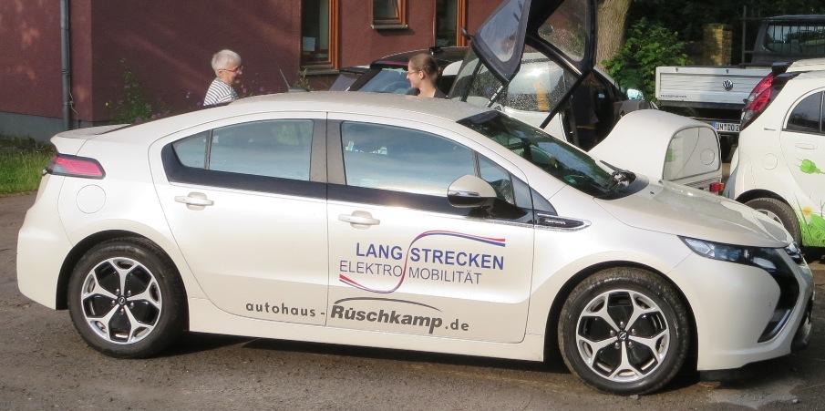 Sylvia (rechts auf Opel Ampera), früher Azubine, jetzt Promotorin bei Rüschkamp, organisierte das E-Team Rüschkamp.