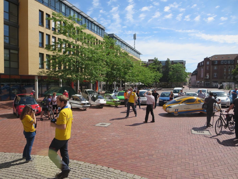 Präsentation der Teilnehmerfahrzeuge vor dem Rathaus in Lünen.