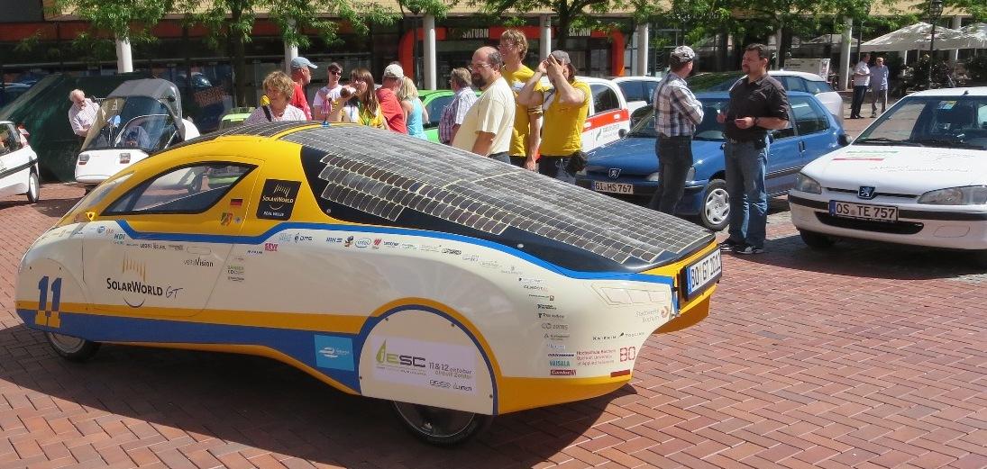 Solarcar-Team (gelbe Shirts) mit Solarworld GT